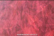 Stiuk MARMORINO ANTICO / Stiuk dekoracyjny na bazie wapna, pozwala uzyskać efekt marmuru. MARMORINO ANTICO możemy nakładać na kolumny oraz obłe ściany. Dzięki wysokiej paro przepuszczalności oraz odporności na różnice temperatur, często stosowany jest na kominkach. W połączeniu z produktem MARMO ROMANO tworzy efekt polerowanego trawertynu.