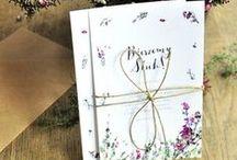 Zaproszenia i winietki na Ślub / Ślub Pełen Miłości to wyjątkowy projekt dla zakochanych par młodych. Pięknie zamienia marzenie o wielkiej miłości na gest, który zmienia życie potrzebujących. Dowiedz się więcej: www.slubpelenmilosci.pl