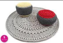 Aranżacje z szydełkowanym dywanem i pufem