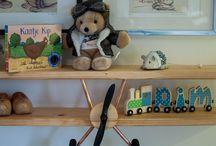 Vliegtuig plank / Leuke houten plank voor op de kinderkamer. Leuk als boekenplank, andere spullen of gewoon als decoratie. Zorgvuldig gemaakt van hout. De randen zijn netjes afgefreesd zodat ze niet scherp meer zijn. Het vliegtuig is mooi in de olie gezet zodat er niet snel vlekken in komen. De afmetingen zijn ongeveer 100x20x20. In overleg kan een andere maat worden geleverd. Voor meer informatie kunt u contact met mij opnemen.