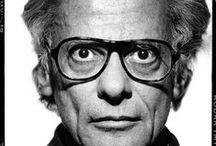 """Richard Avedon / """"Fotógrafo como autor"""" foi como a Vanity Fair descreveu o falecido Richard Avedon em 2009. E, de fato, foi um dos mais famosos cronistas do século XX. Trouxe uma tal visão distintamente pessoal para seus retratos e portfólios que ele não menos fez do que refez o panorama da fotografia de moda do pós-guerra. Avedon derramou sua própria energia nervosa em suas imagens, persuadindo e controlando seus modelos para conduzir suas visões magicamente."""