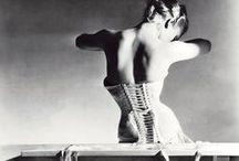 Horst P. Horst / Horst não revolucionaria a fotografia de moda mas, com certeza, aperfeiçoou-a. A sua fotografia evoca o espírito dos anos 30, com a mulher plena de sensibilidade e graça em poses complexas com origem na dança, com uma luz dramática em jogo claro/escuro e com cenários teatrais. Para além da moda, também fazem do trabalho deste artista o nu, a natureza morta, a arquitetura e a publicidade.