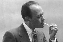 """John Rawlings / Fora contratado como um construtor de cenário e assistente de estúdio de Horst P. Horst e do astro Cecil Beaton. (Após sua morte, um arquivo pessoal de Rawlings revelou centenas de folhas avulsas com anotações sobre iluminação, composição e técnica de seus mentores.) 1937 – É enviado a Londres para construir um estúdio em casa e dirigir o departamento de fotografia da Vogue britânica. """"O dia em que parti para Londres foi o dia mais sortudo da minha vida."""