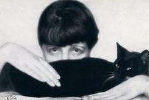 Madame D'Ora / D'Ora foi uma das primeiras fotógrafas a se focar na dança moderna e da moda, especialmente depois de 1920, quando fotografias de moda começaram a substituir os desenhos nas revistas. Embora sua técnica fotográfica não era radical, sua opção pela moda foi uma escolha arriscada para um estúdio comercial. No entanto, as fotografias de D'Ora, que capturou a individualidade dos seus clientes com novas posições, naturais, em contraste com duras poses antiquadas, tornou-se rapidamente popular.