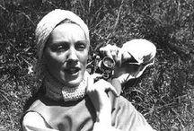 Toni Frissel / Frissell estreou na moda antes de passar vários anos despreocupados na Europa durante os anos 20. Voltando a Nova York, ela caiu na fotografia e usou suas lentes Rolleiflex de alta velocidade em seus amigos. Town & Country, Vogue e Harpers Bazaar não se cansavam de suas imagens de moda em movimento e um novo tipo de mulher se mostrando nessas imagens. Frissell foi pioneira no uso do modelo não-profissional e também foi influente na retomada da fotografia para fora do estúdio.