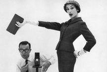 John French / John French é muitas vezes esquecido em pesquisas de fotografia de moda britânica de 1950 e 1960 por causa de seus dois famosos assistentes que teve de uma só vez, David Bailey e Terence Donovan, a quem ele grandemente influenciou. Ele foi o primeiro fotógrafo a desafiar a indústria gráfica dos jornais ao utilizar fotografias em vez de ilustrações com suas imagens perfeitas e emblemáticas de atrizes de Hollywood e modelos de moda.