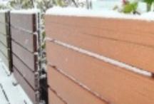 """Cerramientos y Vallas  / El material con el que se fabrican el Sistemas de Vallas, están dentro de la denominación Wood Plastic Composite """"WPC"""" y son materiales compuestos por un 65% de fibras de maderas y un 35% de material polímero (PEHD).  Podemos definir éste Producto como vallas de muy bajo mantenimiento con las siguientes ventajas:  Fáciles de instalar. Alta flexibilidad de diseños. Disponibilidad de colores y medidas. Rigidez y estabilidad. No se dobla ni se rompe. No necesita pinturas, ni barnices."""