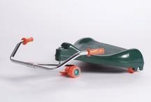 Roller Racer / Leuk speelgoed!!! De Roller Racer Flying Turtle is een zit-skate voor kinderen vanaf 4 jaar tot 10 jaar. Je komt vooruit door het stuur heen en weer te bewegen. Hoe harder je beweegt, hoe harder je gaat. De Roller Racer is ook erg wendbaar en eenvoudig te besturen.