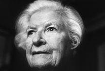 P.D. James / Phyllis Dorothy James, baronessa James de Holland Park, OBE, FRSA, FRSL, més coneguda com a P. D. James, va ser una escriptora anglesa de novel·la detectivesca. Viquipèdia