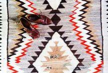 PIET ♥ KELIMS / Een kelim is een plat handgeweven tapijt met ingewikkelde of geometrische patronen, meestal van oosterse oorsprong. Ze zijn gemaakt van schapenwol, geiten- of kamelenhaar, komen o.a uit Uzbekistan, Turkije, Marokko en Iran en geven dat typische wereldse sfeertje aan je huis. Kelims zijn er in de meest uiteenlopende kleuren en dessins en bevatten elk een uniek en persoonlijk verhaal.