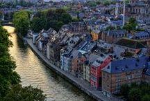 Namur, Pays des Vallées / Capitale de la Wallonie, Namur, ville d'histoire au confluent de deux fleuves : la Meuse et la Sambre // Namen, de hoofdstad van Wallonië, is een geschiedenisstad aan de samenvloeiing van twee rivieren: de Maas en de Samber // Namur, the Capital City of Wallonia, a city with a rich history at the confluence of two rivers: the Meuse and the Sambre.