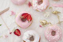 Donuts | Rezepte & Inspiration / Donuts - dat ist doch das Ding mit dem Loch in der Mitte. Jaaaaa und lecker!! Hier gibt's Rezepte für einfach Donuts, schnelle Donuts, leckere Donuts (sind sie eigentlich alle ;) ) Und auch herzhafte Donuts sind vertreten. Wer es niedlich mag: wie wäre es mit einem Tier-Donut? Egal ob gebacken oder frittiert, ein Donut geht immer.