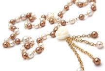 Intro to Jewelry Making / Level : Basic   Kelas ini mengajarkan pembuatan kalung dan gelang menggunakan teknik yang paling sederhana seperti menyambung beads, mengaitkan clasp  Durasi belajar : 1 kali pertemuan @(3-4 jam)  Biaya : Rp 200.000 + biaya kit ( Rp 45.000 - Rp 200.000)   Biaya mencakupi : 1. Bead board 2. Tang set 3 pcs flat nose, round nose dan wire cutter 3. Kit mencakupi beads, findings dan chains Biaya kursus Rp 200.000 untuk 1 kali pertemuan, pertemuan berikutnya dikenakan biaya tambahan