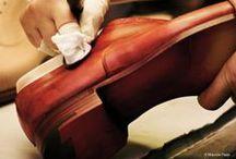 Collection vue par Santoni / Cette maison italienne, fondée en 1975 par Andrea Santoni, est célèbre pour ses innombrables nuances de patines et ses formes effilées, le tout réalisé par les mains expertes d'artisans cordonniers qui combinent techniques traditionnelles et matériaux novateurs. Saison après saison, découvrez une multitude de nouveaux modèles, de nouvelles formes et de patines extraordinaires toujours fidèles à l'identité Santoni: la créativité est au rendez-vous.