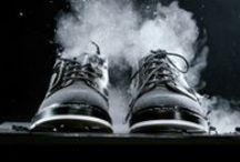 Collection vue par Heschung / Créée en 1934 par Gustave Heschung et aujourd'hui dirigée par Pierre Heschung, Heschung est une maison française de renom dont la fabrication continue de se faire en Alsace. Au départ spécialisé dans les chaussures de randonnée et de chasse, Heschung devient fournisseur officiel de l'équipe de France de ski aux Jeux Olympiques de Grenoble en 1968... c'est dire que la marque a une parfaite maîtrise du cousu norvégien qui rend les chaussures étanches et quasiment indestructibles !