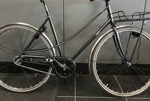 """""""Zwaan """" build by hand. / Handgebouwde fiets. Kies een frame, een lakkleur. Samen lopen we door de specificaties en opties om zo de ideale fiets voor je samen te stellen.   KWF donatie van €50 bij verkoop herenfiets en De Hartstichting bij de verkoop van de damesfiets.  Bij afhalen van de fiets ontvangt u een fotoboekje met de bouw van uw Zwaan  inclusief een eigendoms certificaat."""