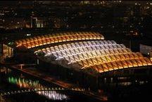 La Confluence by night / C'est pas beau une ville la nuit?! A La Confluence, les lumières de la ville se reflètent dans les façades d'architectures innovantes et dans l'eau des jardins aquatiques et du fleuve... #lyonconfluence #laconfluence #lumière #innovationarchitecturale #reflet #miroir
