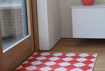 Inspiration - Tapis Pappelina / Les tapis Pappelina sont tissés artisanalement à Falun en Suède. Le matériau utilisé est du plastique propre respectueux de l'environnement.  Ces tapis sont lessivables en machine et peuvent s'utiliser autant à l'intérieur qu'à l'extérieur.  Découvrez tous les modèles, les formats et les couleurs sur le catalogue : http://www.modernliving.fr/custom/Catalog/174-pappelina_catalogue_fr_en_2015.pdf