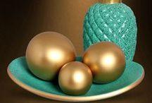 Decoração Azul Tiffany e Dourado / Estas peças possuem pintura brilhante na cor azul tiffany com gotinhas em preto e detalhes em dourado. Ótima opção para ambientes de cores neutras, pois as peças chamarão à atenção sendo a principal protagonista da sua decoração. Aposte!