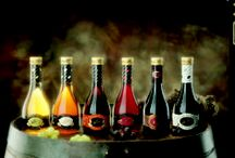 Vinagre y Aceite Aliño / Nuestra línea de vinagres gourmet, caracterizada por el valor de lo tradicional y la pasión por crear un producto elaborado con los máximos cuidados y garantías. Se trata de productos versátiles, polivalentes, aptos para uso diario y para condimentar los platos más exquisitos.  El proceso de producción artesanal asegura el máximo sabor y la acidez justa que la hace apta para cualquier paladar.