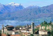 Castiglione di Garfagnana / Il borgo fortificato di Castiglione Garfagnana si trova in provincia di Lucca, in Toscana. Il paese si adagia su di un colle, da cui domina tutta la vallata incastonata tra i morbidi Appennini, ricoperti da rigogliose selve, e le più imponenti Alpi Apuane, che si colorano di una luce diversa ad ogni ora del giorno