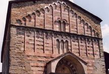 Chiesa di San Michele / L'edificio è di epoca romanica, la facciata ha un  ornamento in stile tardo gotico, realizzato in pietra grigia, marmo rosso (proveniente certamente dalle vicine cave di Sasso Rosso). La sua costruzione fu terminata nel 1403.