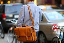 Bolsas & Mochilas / Inspirações de como carregar seus pertences com estilo, usando uma bolsa ou mochila.