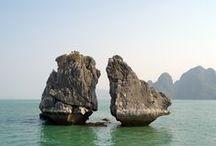 """Halong Bucht / Die Halong-Bucht (wörtlich: """"Bucht des herabsteigenden Drachens"""") ist ein Muss für jeden Besucher. Das Archipel, das zweimal als Weltnaturerbe anerkannt wurde, besteht aus tausenden von Kalksteininseln, die aus dem Meer ragen und einen wunderschön bizarren Anblick bieten. Einige der Inseln beheimaten geheimnisvolle Grotten und unberührte Strände mit smaragdgrünem, ruhigem Wasser."""