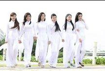Áo dài - Die traditionelle Kleidung von Vietnamesen / Ao dai ist die traditionelle Kleidung von Vietnamesen und wird heutzutage häufig von Frauen getragen. Es besteht aus einem knie- oder knöchellangen, auf beiden Seiten bis über die Hüfte hochgeschlitzten Seidenkleid, unter dem lange, meistens weitgeschnittene weiße Seidenhosen getragen werden.