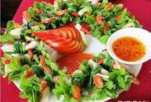 Hoi An- Werte der Altstadt und des Modern / Hoi An ist eine Provinzstadt und gehört zur Quang Nam Provinz. Mit einer langen Geschichte der Entwicklung hat  die Bewohner in Hoi An  vielfältige Karrieren entwickeln so wie Schreinerei,Töpferei, Anbau von Gemüse, Medikamente…., um die Bedürfnisse ihres Lebens zu dienen und auch eine blühende, geschäftige Hafenstadt von Hoi An aus dem siebten Jahrhundert am Ende des 18. Jahrhunderts und Anfang des 19. Jahrhunderts zu erstellen.