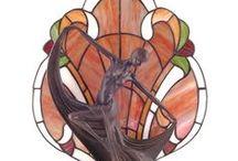 Tiffany Lighting & Decorations - Tiffany Verlichting & Decoraties / Louis Comfort Tiffany (1848-1933) was een Amerikaanse glaskunstenaar die internationale roem verwierf door zijn lampen en raampanelen van gebrandschilderd glas. Veel van deze Tiffany lampen en Tiffany raampanelen zijn ontworpen in Art Deco en Art Nouveau stijl. De flora, fauna en geometrie vormden de belangrijkste inspiratiebronnen.