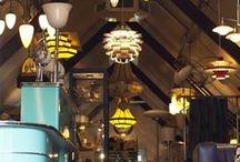 In en rondom De blauwe Deel / In de landelijke omgeving van de Alblasserwaard en Vijfheerenlanden is de markante boerderij De blauwe Deel sinds 1793 gevestigd. Hier bevindt zich ook de imposante showroom, waar u van harte welkom bent. Kijk op www.artdecowebwinkel.com voor de openingstijden.