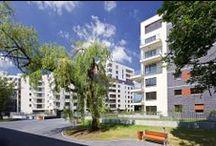 Apartamenty przy Krasińskiego / Apartamenty przy Krasińskiego są zlokalizowane przy skrzyżowaniu ulic Przasnyskiej i Krasińskiego na warszawskim Żoliborzu Południowym. W dwóch budynkach znajdą się łącznie 303 mieszkania o powierzchni od 28 m² do 125 m².