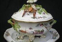 ** PORCELÁN • Míšeň ** / ♣ Míšeňský porcelán je první evropský porcelán.Jeho vynálezcem byl v roce 1708 Ehrenfried Walther von Tschirnhaus,po jehož smrti v díle pokračoval jeho žák a spolupracovník Johann Friedrich Böttger.Podnik na jeho výrobu,který vznikl v roce 1710,patřil k nejslavnějším manufakturám svého druhu v Evropě a funguje dodnes pod názvem Staatliche Porzellá-Manufaktur Meissen GmbH ♣