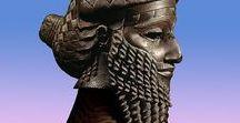 Nineveh / Nineveh, 2700 jaar geleden de grootste stad ter wereld, herrijst in het Rijksmuseum van Oudheden. Deze tentoonstelling neemt u mee naar de bloeitijd van de Nieuw-Assyrische hoofdstad in Noord-Irak, rond 700 voor Christus. U ziet meer dan 250 objecten uit binnen- en buitenlandse musea, zoals het British Museum en het Louvre, waaronder reliëfs, beelden, kleitabletten en rolzegels. Te zien van 20 oktober 2017 t/m 25 maart 2018.