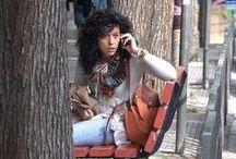 Με το κινητό στο χέρι / Οι φωτογραφίες αυτές έχουν τραβηχθεί σε διάφορα σημεία της πόλης, μέρα και νύχτα, κατά τη διάρκεια τυχαίων περιηγήσεων. Είναι μια απλή καταγραφή ανθρώπων κάθε φάσματος που ζουν και κινούνται στο αστικό τοπίο της Θεσσαλονίκης σήμερα με το ιδιαίτερο χαρακτηριστικό, ότι όλοι κρατούν ένα κινητό τηλέφωνο στο χέρι. Σε όλες της φωτογραφίες της σειράς η λήψη έγινε από τον Βαγγέλη Κώστογλου. Ελέυθερες για μη εμπορική χρήση, χωρίς όμως αλλοιώσεις.