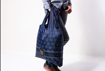 ECOZZ Elegant / Shop in style! The colors black, gold and dark blue epitomize elegance. Not to mention the classy patterns! With this bag, you'll look like a lady everywhere you go, be it the market or a stylish boutique.