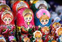 Russie / Depuis toujours, la Russie est partagée entre deux univers, elle sert de lien entre deux continents, l'Europe à l'Ouest et l'Asie à l'Est. La Russie est riche d'une histoire parfois épique, d'une architecture et d'expressions artistiques uniques, d'œuvres littéraires et poétiques incomparables. C'est un pays vaste, tant par sa superficie que par sa culture originale et diversifiée.