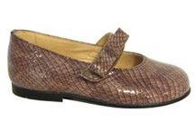 Merceditas de piel y charol / Colección de zapatos de niñas tipo merceditas para llevar con cualquier vestido o pantalón. Tenemos muchos colores y de muchos materiales, para las niñas más pequeñas y para las más jóvenes.