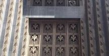 Banco de São Paulo - Antiga Sede / O Edifício de 1938, foi projetado pelo arquiteto Álvaro de Arruda Botelho e abrigou o antigo Banco de São Paulo, fundado pela família Almeida Prado no final do século XIX.  É um dos maiores exemplares da arquitetura Art Déco da cidade de São Paulo, com seu desenho geométrico, uso do ferro e mármore e o piso de mosaico. Em 1973,  tornou-se um patrimônio público. Desde então, é sede da Secretaria Estadual de Esportes, Lazer e Juventude do Estado de São Paulo.