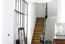 Dans le couloir, dans l'escalier