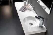 Lavabos de Resina / La resina es una sustancia que se obtiene de manera natural a partir de una secreción orgánica de ciertas plantas. Gracias a sus propiedades químicas, las resinas se utilizan para la elaboración de diferentes productos, entre ellos, lavabos como los que puedes encontrar en la colección de Bathco.