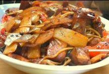 Kuchnia Chińska / Kuchnia chińska jest to jeden z rosnących w popularność styl przyrządzania potraw charakterystyczny dla ludności zamieszkującej Chiny. Jest ona jedną z najbardziej znanych odmian kuchni azjatyckiej