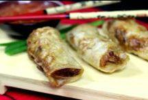 Kuchnia Wietnamska / Kuchnia wietnamska cały czas pozostaje pod wpływem tradycji związanej z kolonizatorami francuskimi, co jednak nie oznacza, że jest mniej pyszna i zróżnicowana. Od potraw kuchni chińskiej różni się głównie wykorzystaniem sosu rybnego w zamian za sos sojowy