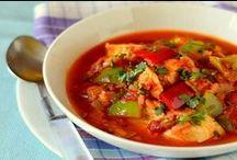 Kuchnia Indyjska / Hindusi lubują się w pikantnych potrawach oraz przesłodkich deserach. Charakterystyczne smaki zawdzięczają takim przyprawom jak: kardamon, pieprz, szafran, imbir, chili. Do najbardziej popularnych słodkości należy chałwa, cukierki mithaj oraz serowe kule