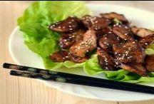 Kuchnia Koreańska / Tajniki kuchni koreańskiej kryją się w starannie dobieranych smakach, pikantnych potrawach i przywiązaniu do tradycji. Jej wizytówką są kolorowe i pięknie przyozdobione dania. Jak w wielu kuchniach azjatyckich również i w koreańskiej da się zauważyć wpływ