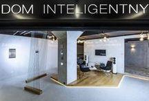 Showroom DOM INTELIGENTNY / W showroomie DOM INTELIGENTNY przekonasz się jak proste i intuicyjne jest sterowanie inteligentnym domem. Zamienisz jednym kliknięciem całe pomieszczenie w pokój kinowy, w sekundę przygotujesz imprezę w salonie, a także posterujesz światłami i roletami.  Będziesz miał okazje zobaczyć nasze urządzenia oraz poznasz ich jakość wykonania oraz prostotę obsługi.  U nas możesz również porozmawiać z fachowcami w dziedzinie inteligentnych domów oraz audio-video.  Zapraszamy do domEXPO w Opolu