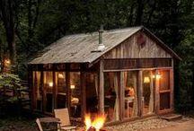 Cabanes / La cabane, c'est l'enfance retrouvée, le temps qui suspend son vol, le goût des vacances et de l'aventure !