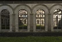 Nei chiostri e nei cortili / Fotografie realizzate dagli allievi del biennio specialistico in graphic design per la comunicazione pubblica dell'Accademia di Belle Arti di Napoli