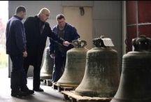 Restauration de cloches et d'équipements du clocher (beffrois, moutons, battants...). / La société Bodet a acquis un savoir-faire inégalé dans les domaines de l'horlogerie d'édifices, de la restauration des équipements du clocher (beffroi, jougs, abat-sons...), de la restauration et de l'électrification des cloches. Cette expérience en fait le premier fabricant européen d'horlogerie d'édifice certifié ISO 9001. http://www.bodet-campaniste.com